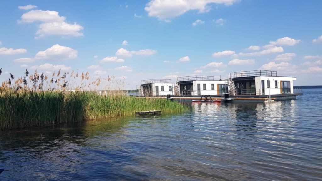 Schwimmende Häuser am neuen Steg