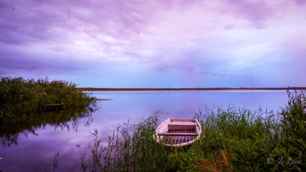 Einsames Boot am Seeufer, (c) Jan Leya